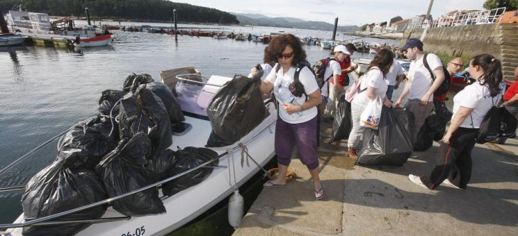 Recogida de basuras marinas desde kayaks en la isla de Cortegada en el PNMT das Illas Atlánticas de Galicia