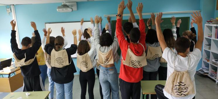 El alumnado del IES As Insuas disfrutando de sus mochilas