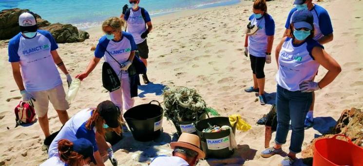 Limpieza de playas en la isla de Ons
