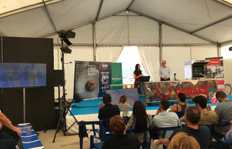Jesús Gómez (Patrón Mayor Cofradía San Pedro) y Ana Muñoz (bióloga de la Cofradía) presentando el proyecto ASAPEMM en la primera feria del langostino: VIVO 2018. San Pedro del Pinatar. Murcia.