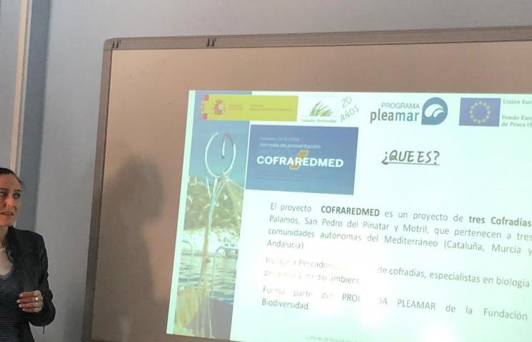 Ana Muñoz (bióloga de la Cofradía) presentando el proyecto COFRAREDMED. IES Manuel Tárraga, San Pedro del Pinatar. Murcia.
