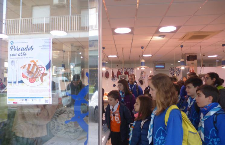 Grupo scout en jornadas informativas en Pescadería Pepe Rivera
