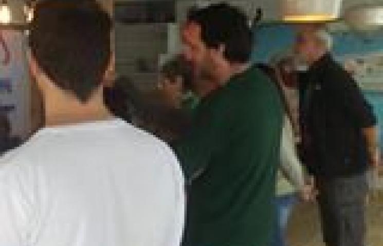El chef Pepe López, del restaurante Bocana de Palos, nos está enseñando a limpiar este gran ejemplar pescado con palangre