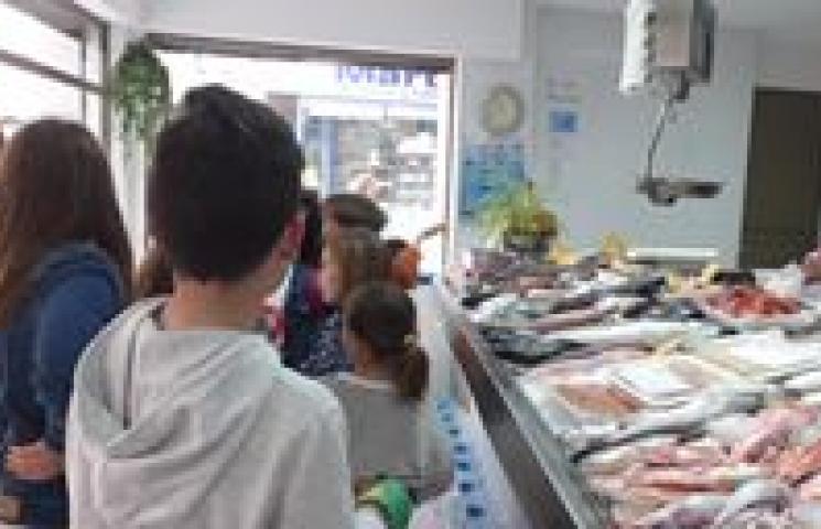 Explicación de cómo comprar pescado artesanal en una pescadería